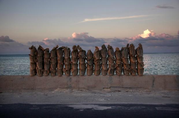 Torre de sacas de areia numa passagem entre atóis