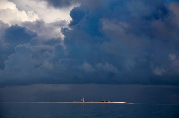 Uma tempestade a formar-se sobre a ilhota de Bikeman