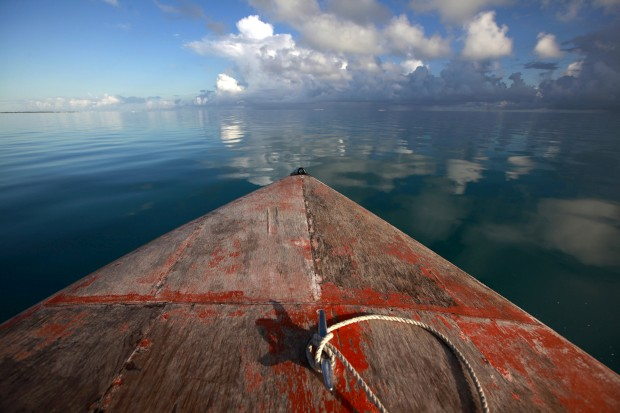 Um barco na lagoa perto da ilhota de Bikeman