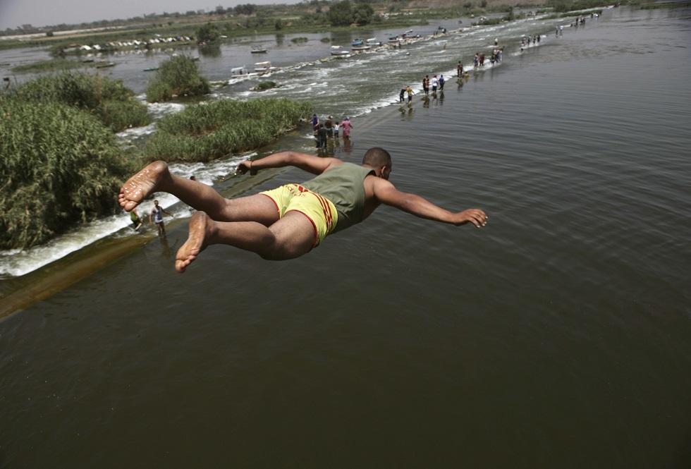 EGIPTO, 06.05.2013. Um salto para o Nilo