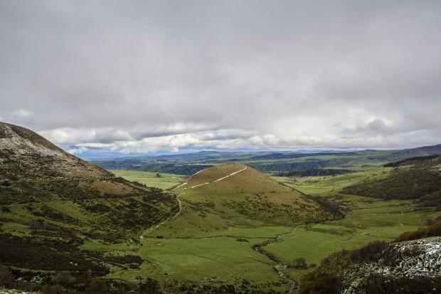 Do comboio panorâmico do vulcão Puy de Dôme, a paisagem revela as bossas de outras crateras