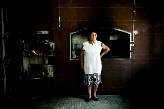O pão. D.ª Gracinda da padaria Manuel Marat Rocha. Aldeia da Venda, Santiago Maior, Alandroal
