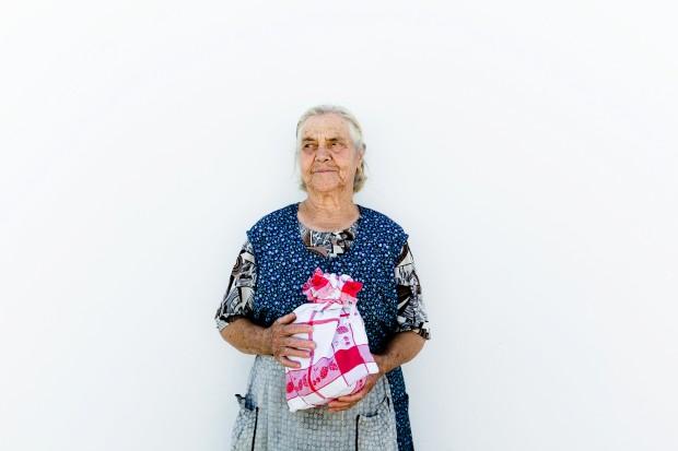 O pão. Uma cliente do pão da padaria Manuel Marat Rocha. Aldeia da Venda, Santiago Maior, Alandroal