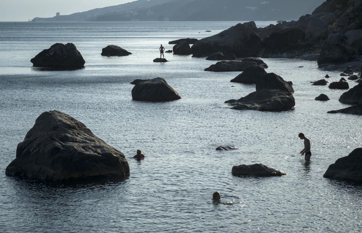 UCRÂNIA, 14.7.2013. A nadar no Mar Negro em Beregove, na Crimeia