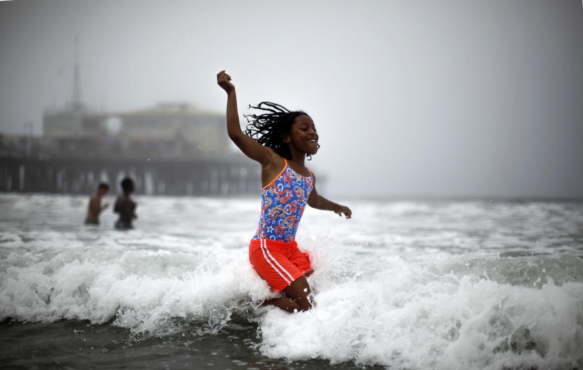 EUA, 28.6.2013. A refrescar-se no mar durante uma onda de calor em Santa Monica, Califórnia