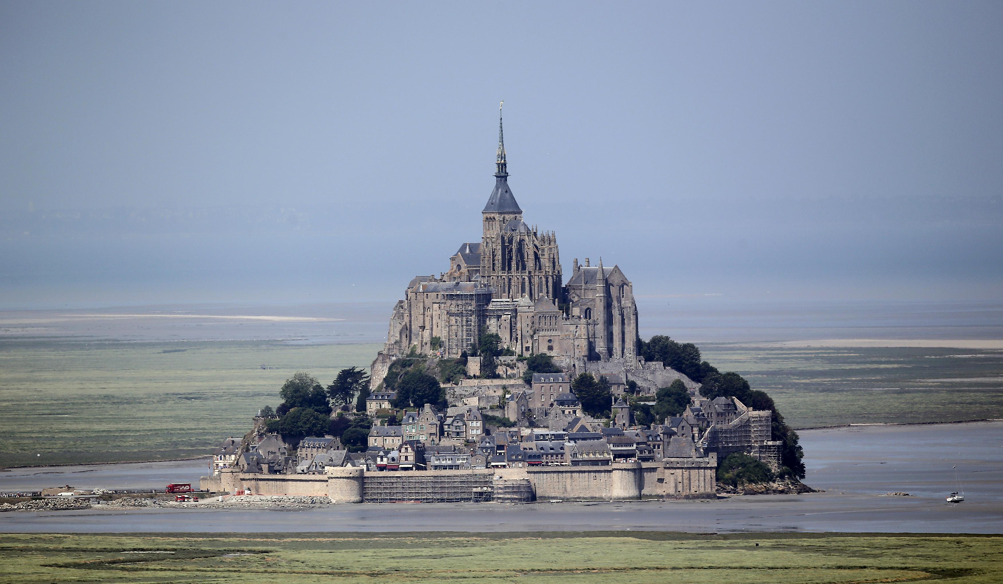 FRANÇA, 10.7.2013. Vista aérea sobre o Mont Saint-Michel