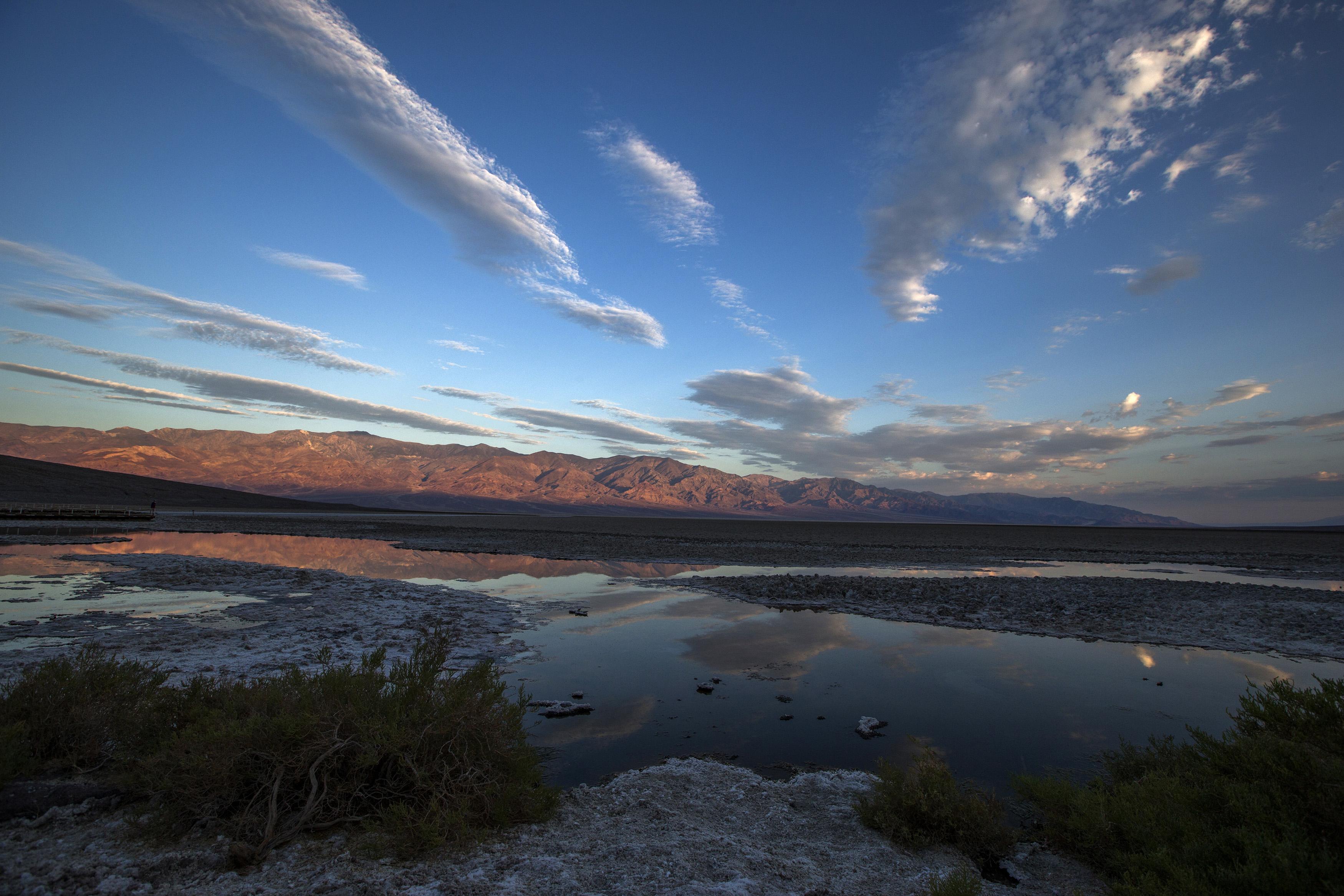EUA, 15.7.2013. Nascer do sol em Badwater, no parque nacional de Death Valley (Vale da Morte), a mais baixa elevação do hemisfério ocidental (280m abaixo do nível da água do mar)