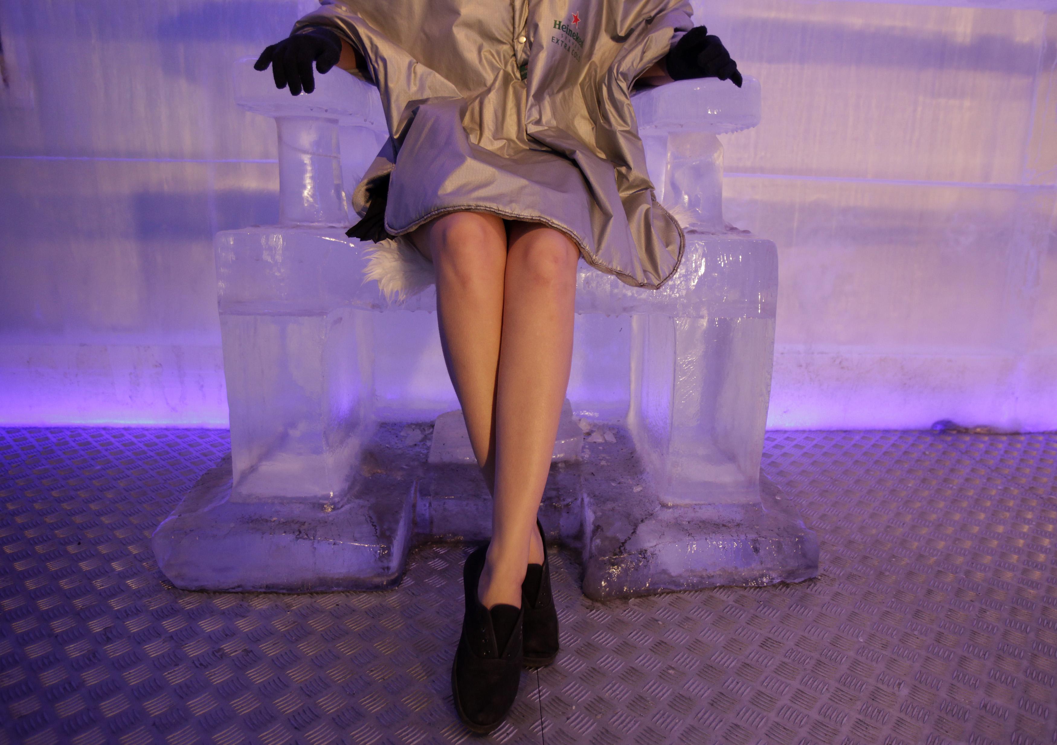 R. CHECA, 25.7.2013. Uma cliente numa cadeira feita de gelo no bar de gelo de Praga