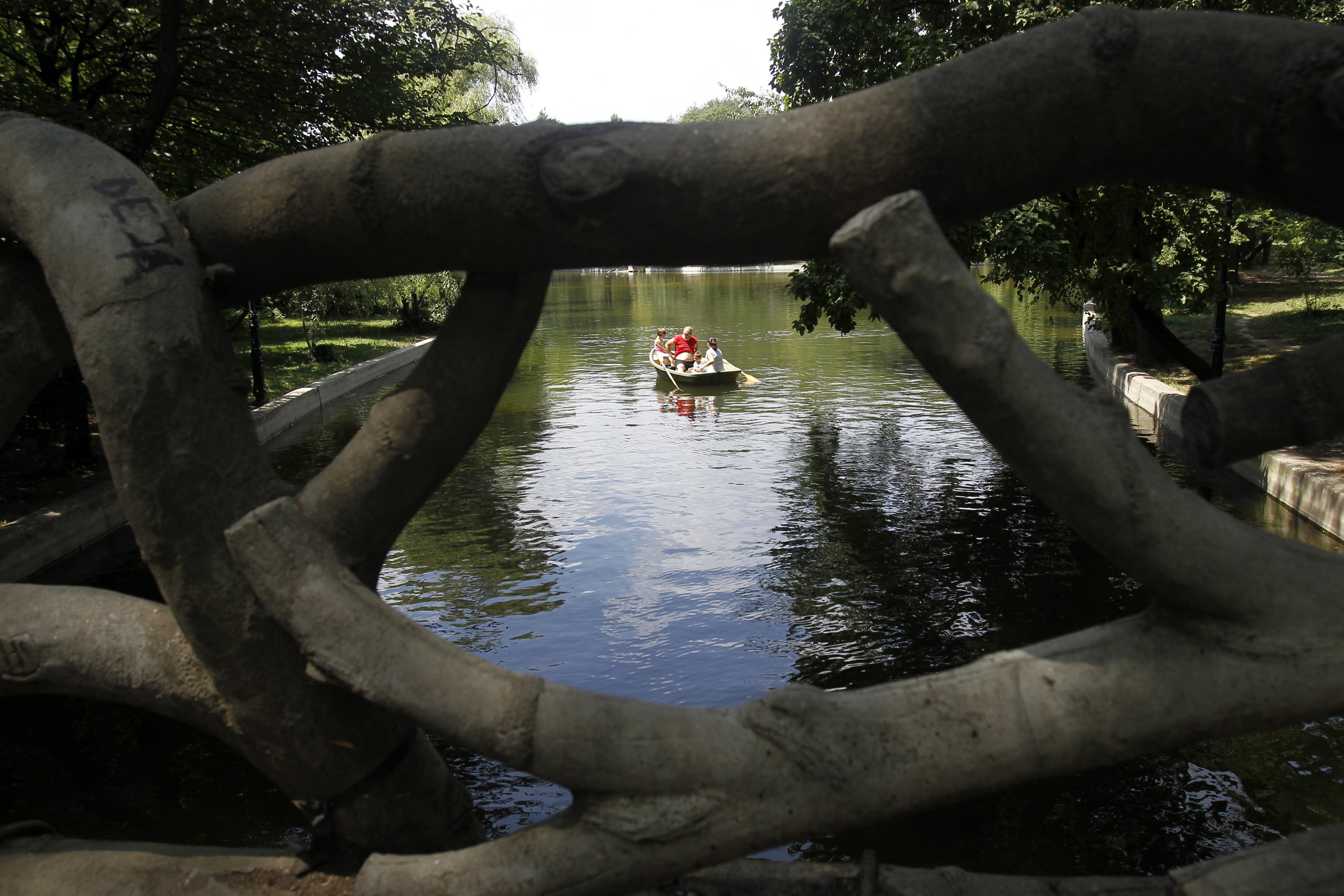 ROMÉNIA, 26.7.2013. Um passeio de barco num parque de Bucareste num dia em que as temperaturas ultrapassaram os 36ºC