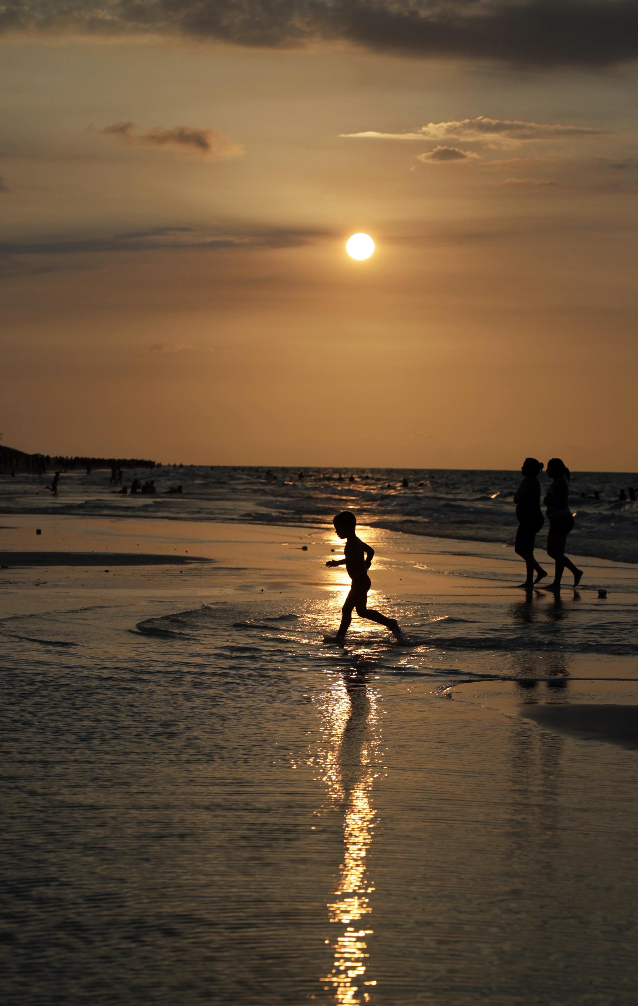 CUBA, 28.7.2013. Passeio ao pôr-do-sol numa praia perto de Havana