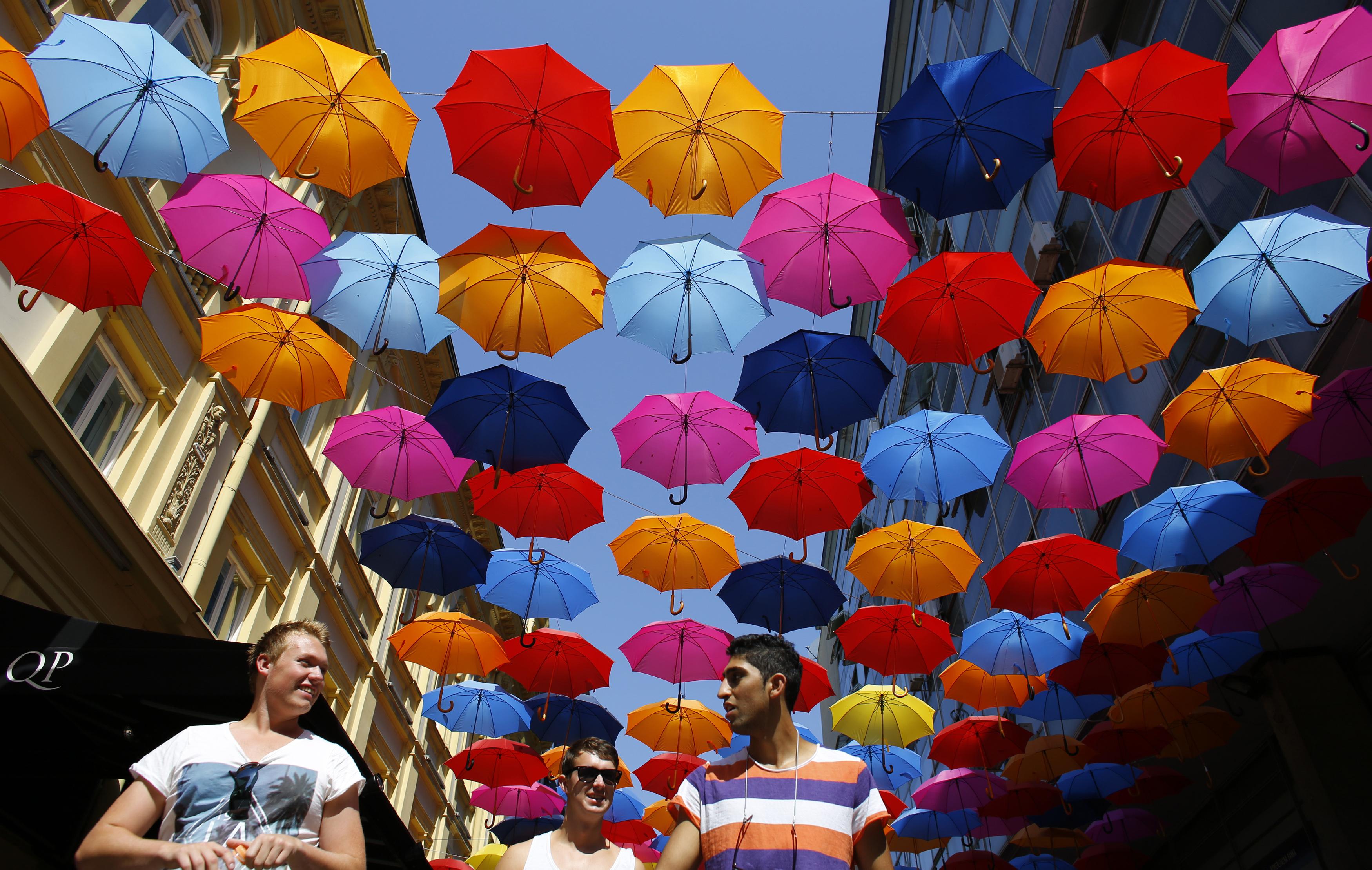 SÉRVIA, 29.7.2013. Rua da baixa de Belgrado decorada com chapéus-de-chuva