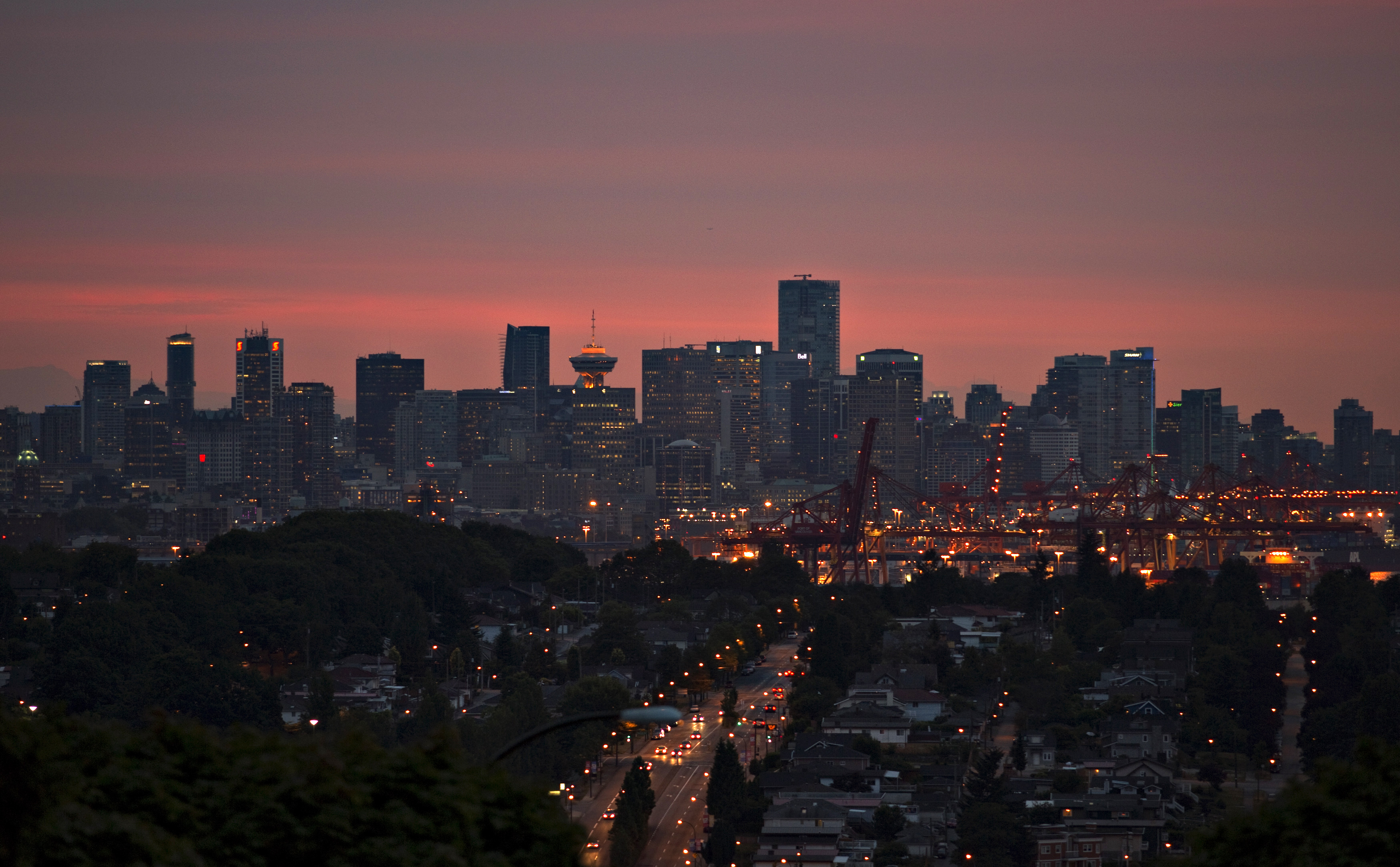 CANADÁ, 31.7.2013. Vancouver captada ao pôr-do-sol