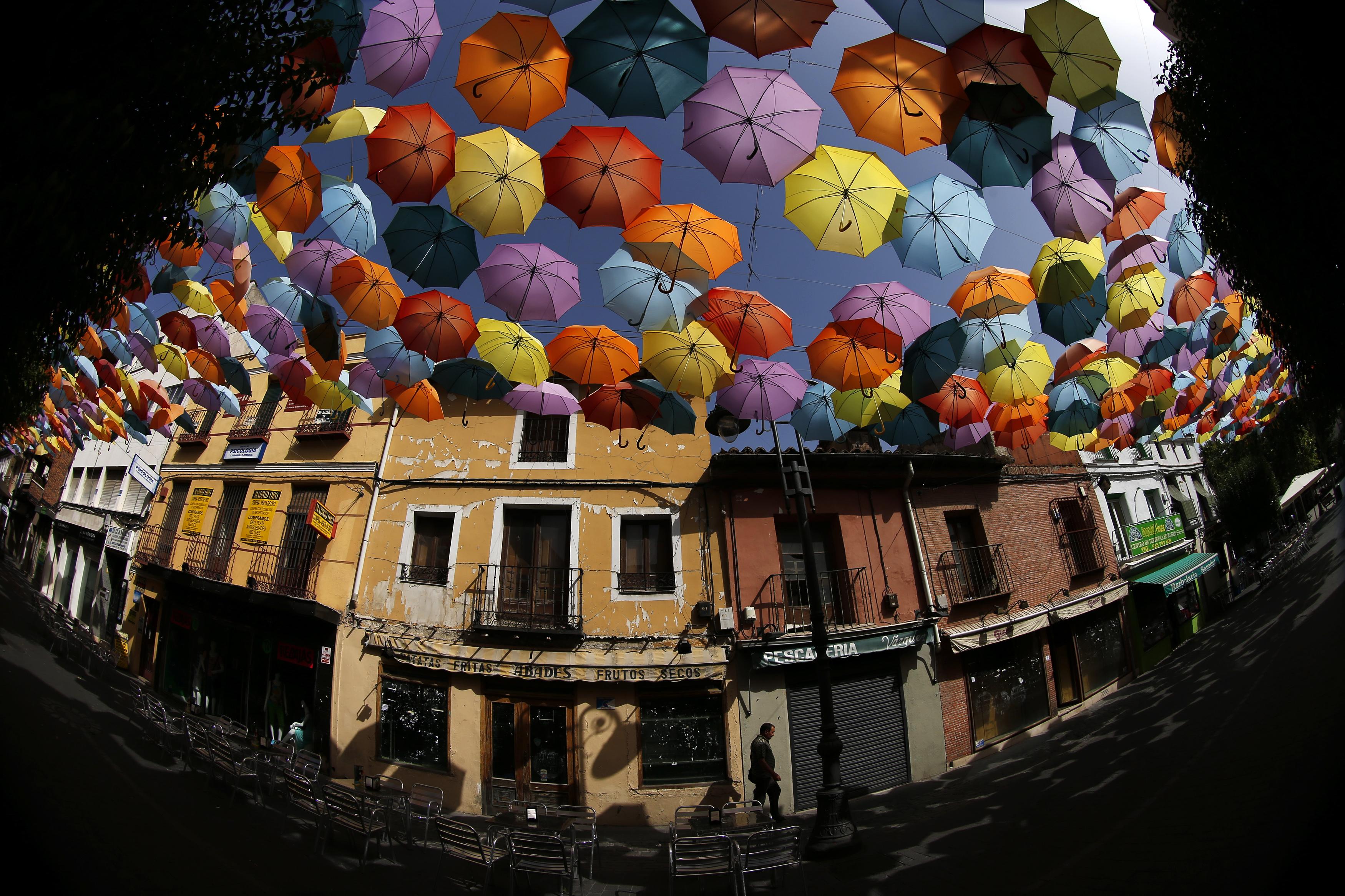 ESPANHA, 1.8.2013. Uma céu de guarda-chuvas em Getafe, perto de Madrid - um projecto assinado pela equipa portuguesa que criou um céu de chapéu-de-chuvas em Águeda  (foto com olho-de-peixe)