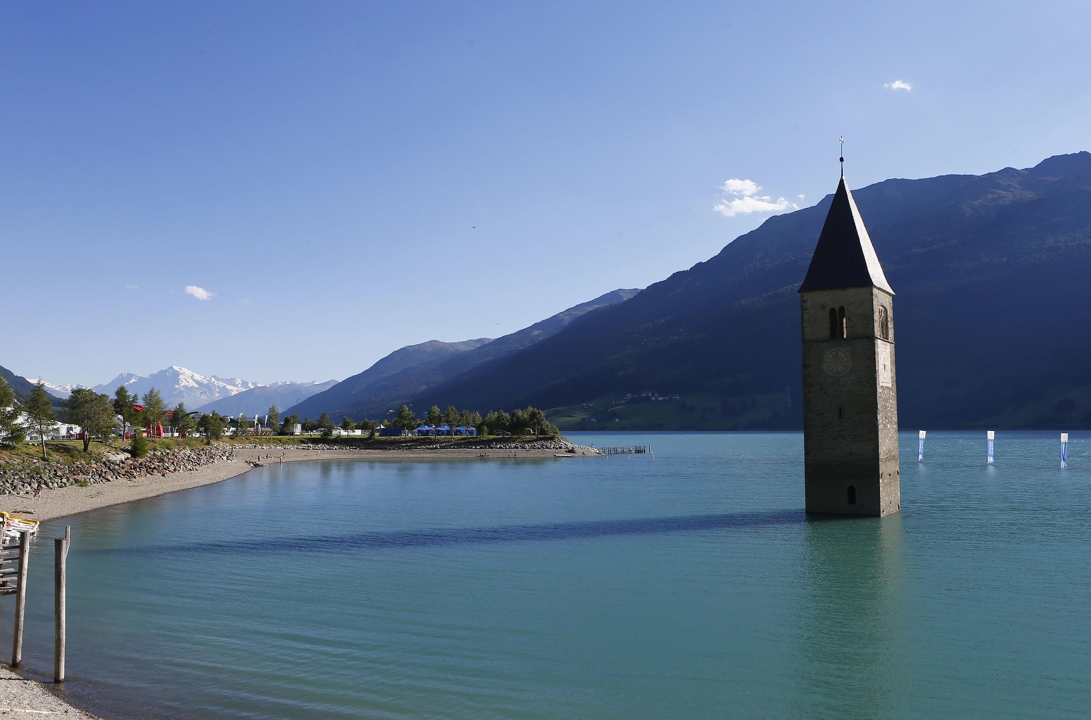 ITÁLIA, 2.8.2013. Uma torre no centro do lago Reschensee em Graun