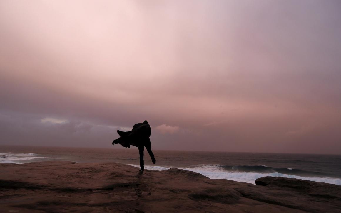 AUSTRÁLIA, 8.08.2013. No topo de um penhasco durante uma chuvosa tarde de Inverno na praia de Bronte, Sydney