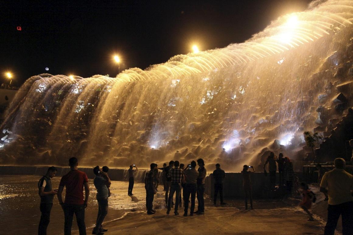 IRAQUE, 9.08.2013. Visitantes fotografam um fonte luminosa num parque de atracções na província de Sulaimaniya, a 330km de Bagdad. O parque Chavy Land é parte de um ambicioso projecto da região para atrair mais turismo