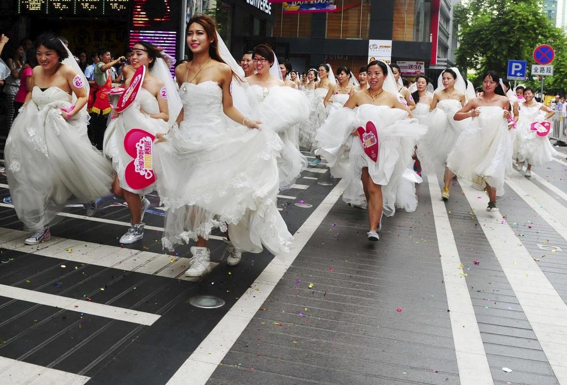 CHINA, 12.08.2013. Noivas em fuga: uma corrida organizada por um centro comercial para celebrar o festival Qixi, em Guangzhou. É o festival Duplo Sete: ocorre no 7.º dia do 7.º mês do calendário lunar chinês. É a versão chinesa do Dia de São Valentim