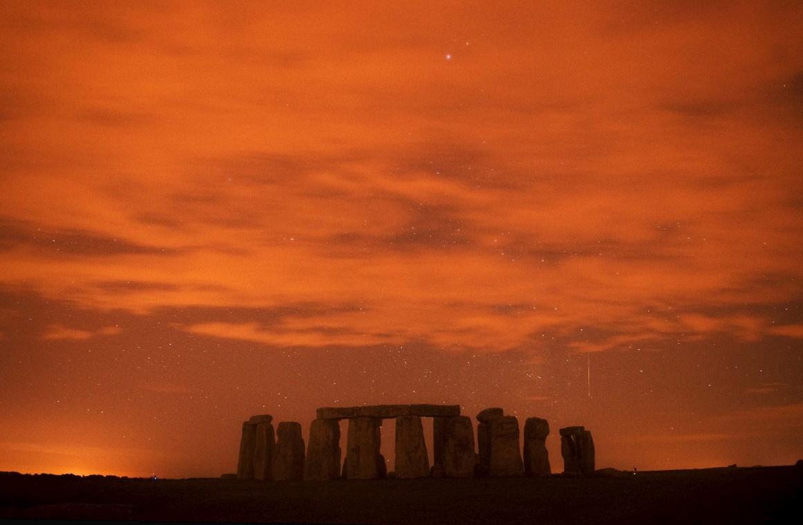 REINO UNIDO, 13.08.2013.  Chuva de Perseidas: Um meteoro risca o céu sobre Stonehenge, Inglaterra