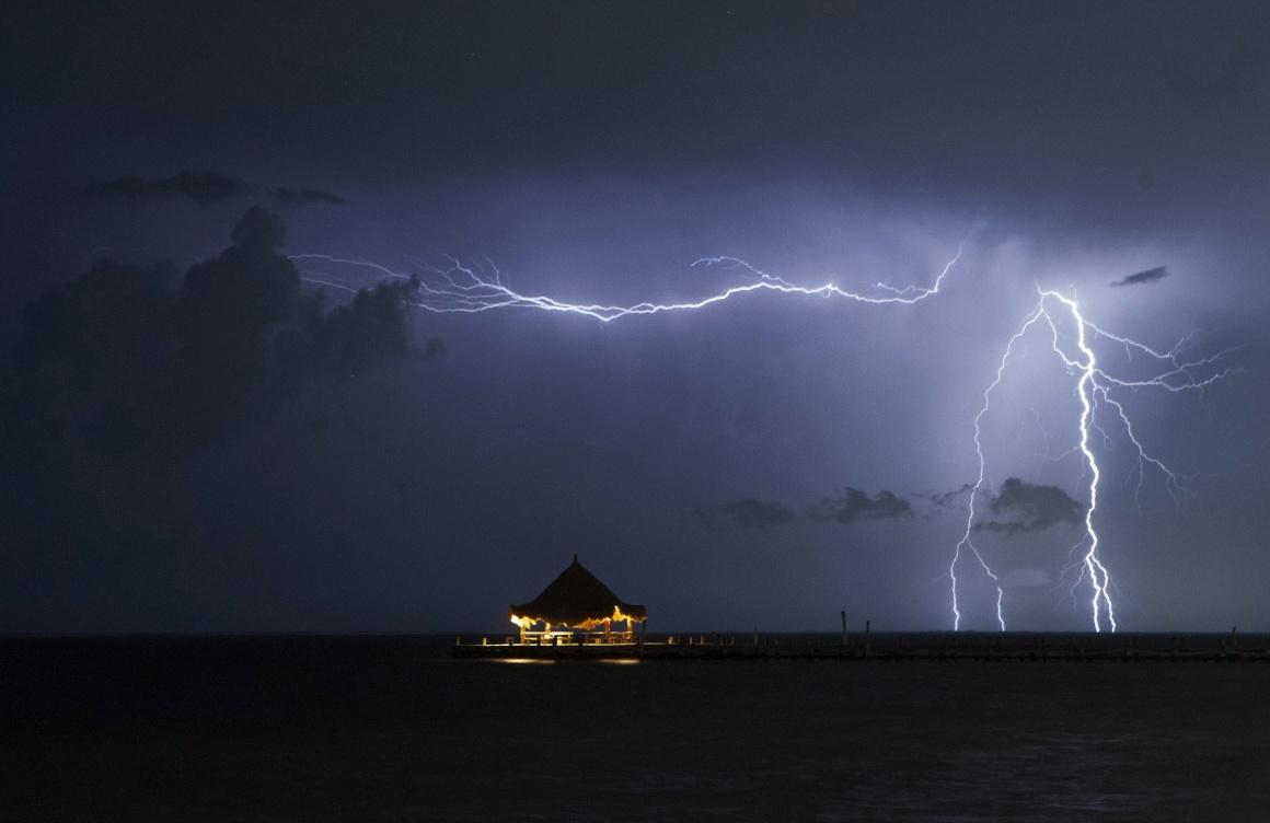 MÉXICO, 13.08.2013. Relâmpagos sobre o mar, perto da meca turística de Cancún