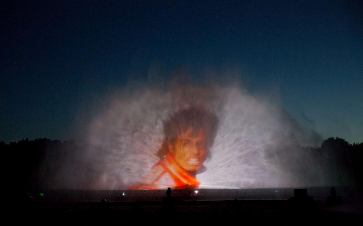 ALEMANHA, 14.08.2013. Michael Jackson ressurge num ecrã de água: é durante o festival aquático Aquanario em Berlim, que de 16 a 25 de Agosto espalha coreografias luminosas por fontes através de laser e elementos pirotécnicos, além de filmes e música. O ecrã é composto por milhões de gotas de água