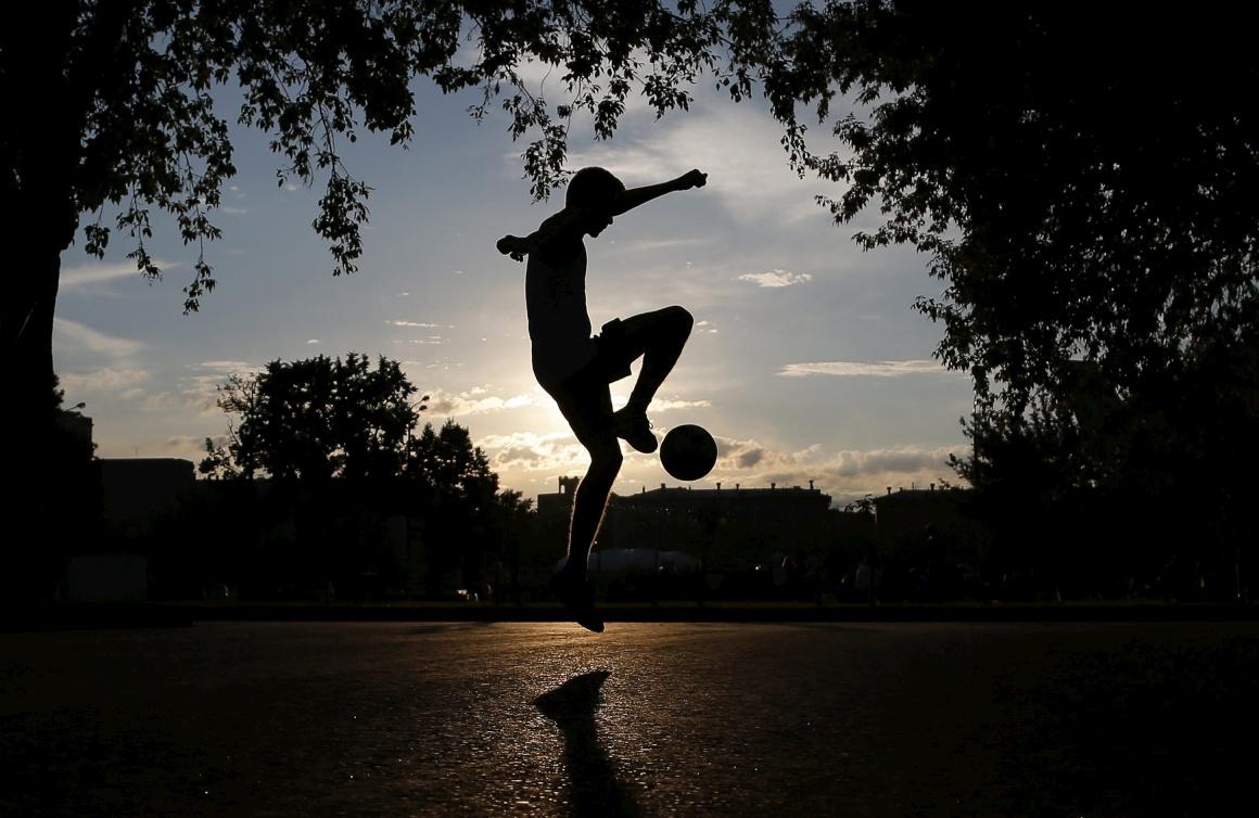RÚSSIA, 14.08.2013. A jogar à bola enquanto o sol desce sobre o parque Gorky em Moscovo