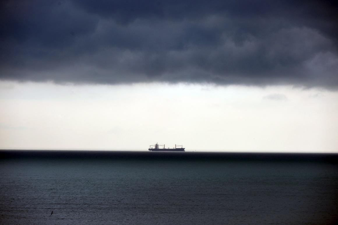 PANAMÁ, 16.08.2013. Um cargueiro espera a sua vez no Canal do Panamá