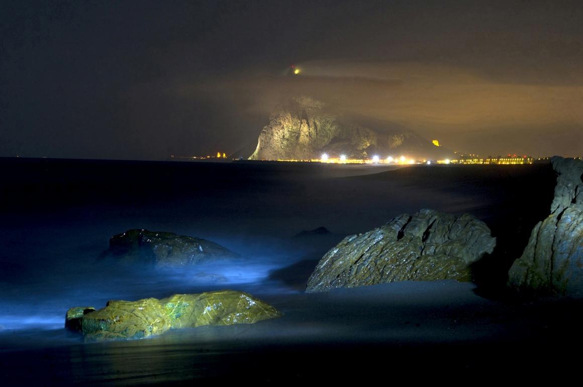 GIBRALTAR, 18.08.2013. Uma longa exposição captada a partir da praia de Levante na La Linea de la Concepción mostra o rochedo que está no centro da disputa Reino Unido - Espanha