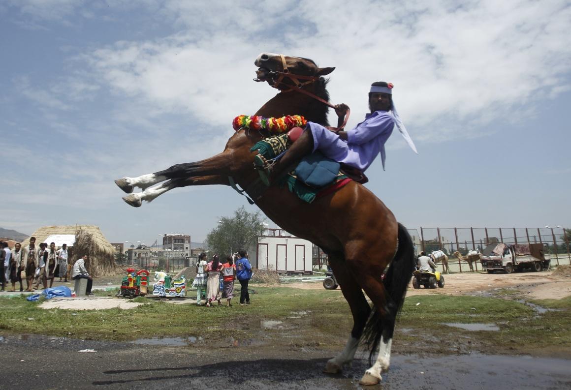IÉMEN, 19.08.2013.  Um beduíno cavalga durante o festival de Verão Sanaa, destinado a promover o Iémen como destino turístico