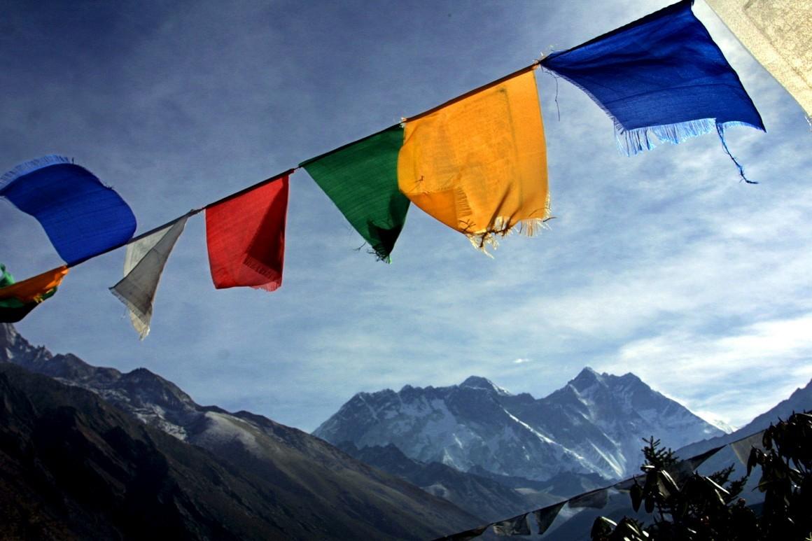 Bandeiras budistas ao vento com o Evereste ao centro e Lhotse à direita
