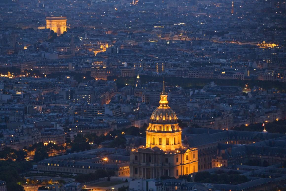 Les Invalides e o Arco do Triunfo, fotografados no Dia da Bastilha a 14 de Julho de 2013