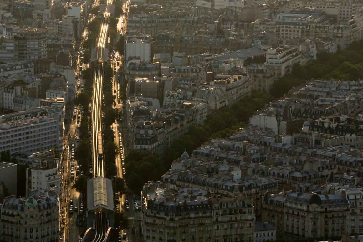 O metro de superfície e telhados de Paris