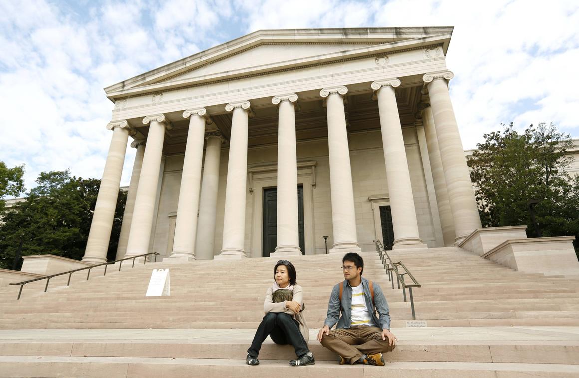 Turistas japoneses à porta da National Gallery of Art, em Washington. Não conseguiram entrar