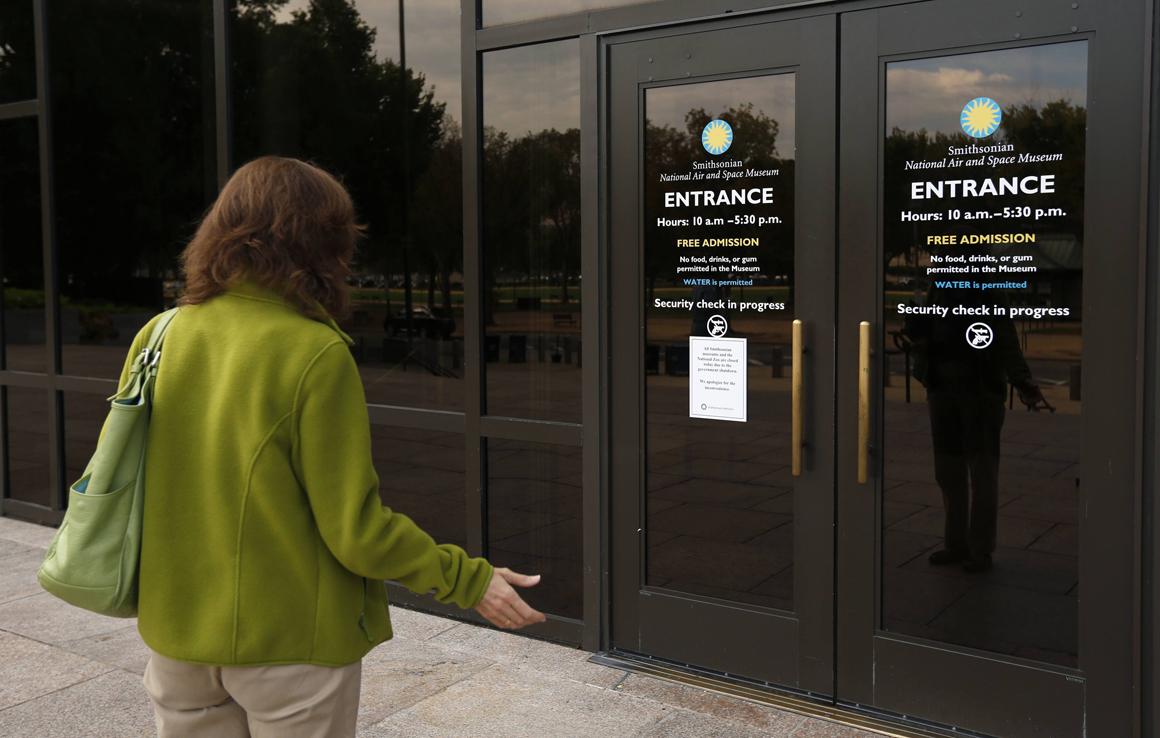 À porta do Air and Space Museum, Washington, um aviso informa sobre o encerramento de todos os museus do Smithsonian