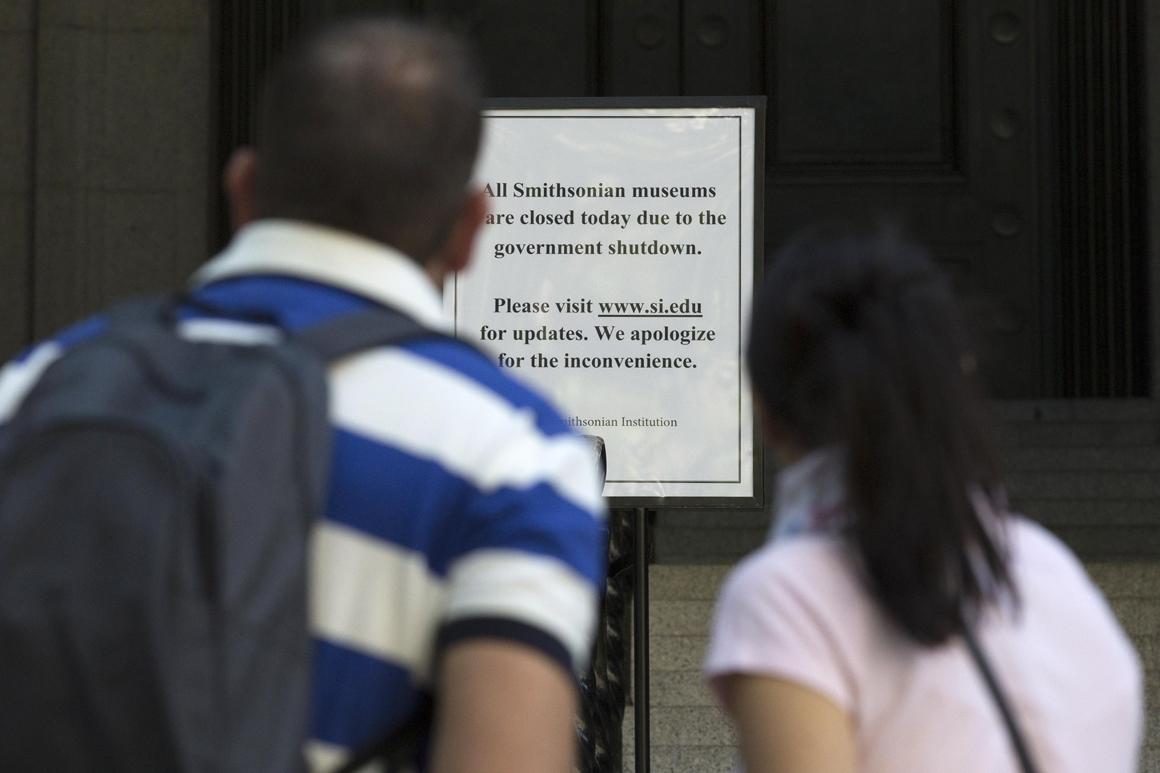 Aviso idêntico leu este casal: todos os museus afectos ao Smithsonian estão fechados