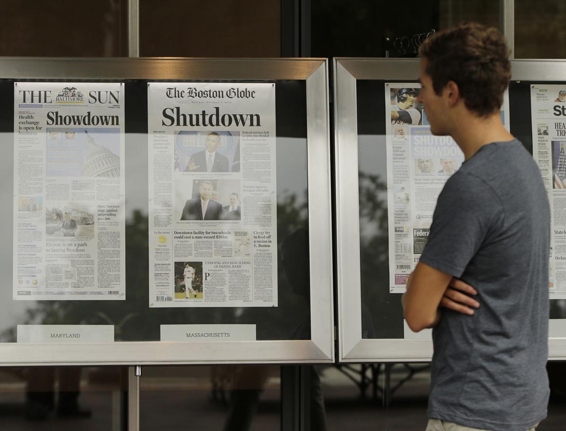 No Newseum, em Washington, um homem lê as manchetes de terça-feira