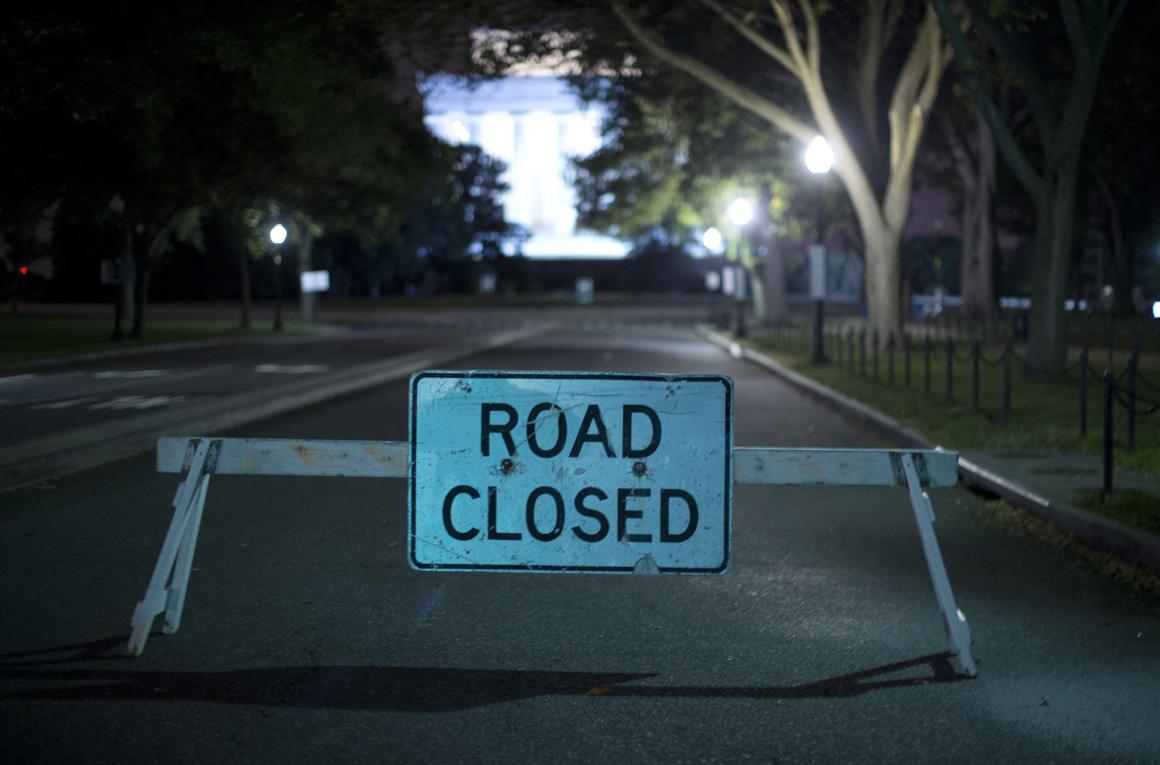 Estrada para o Lincoln Memorial, em Washington, tem o trânsito cortado