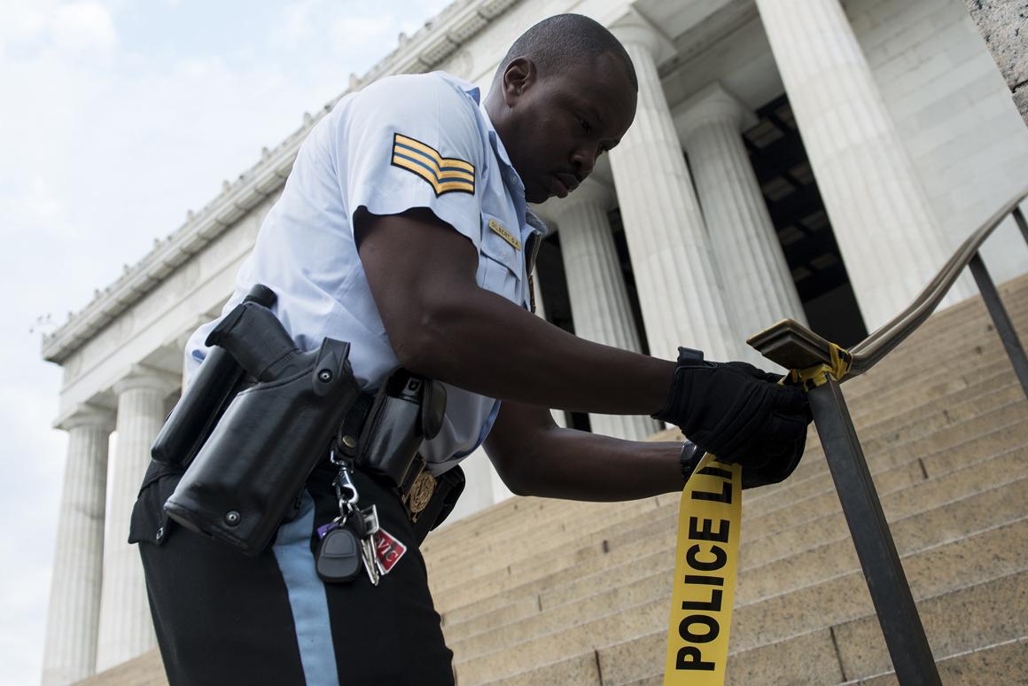 Agente coloca fita protectora à volta do Lincoln Memorial