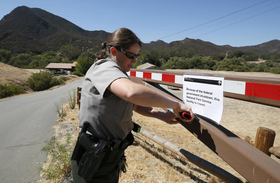 Park ranger coloca aviso sobre fecho do Paramount Ranch, Califórnia