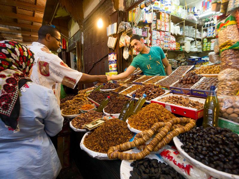 Compras no souk de Fez