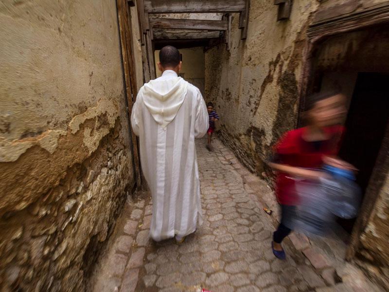 Idriss, o guia em Fez, guia o grupo por um verdadeiro labirinto