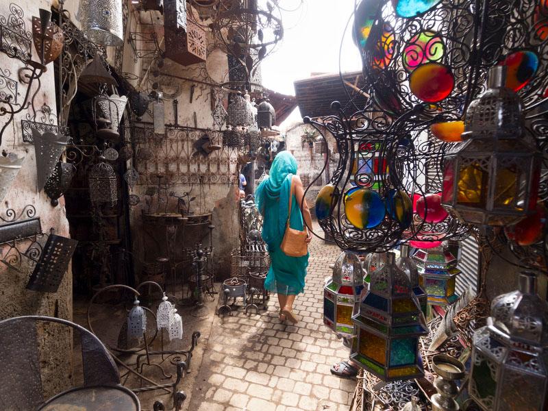 Os bazares invadem as ruas pela medina de Marraquexe