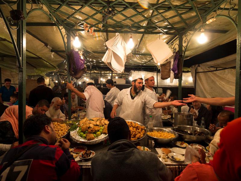Um dos sobrelotados restaurantes da Praça Jemaa el-Fnaa