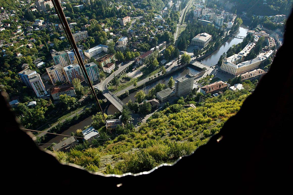 Vista da cidade a apartir do interior do teleférico