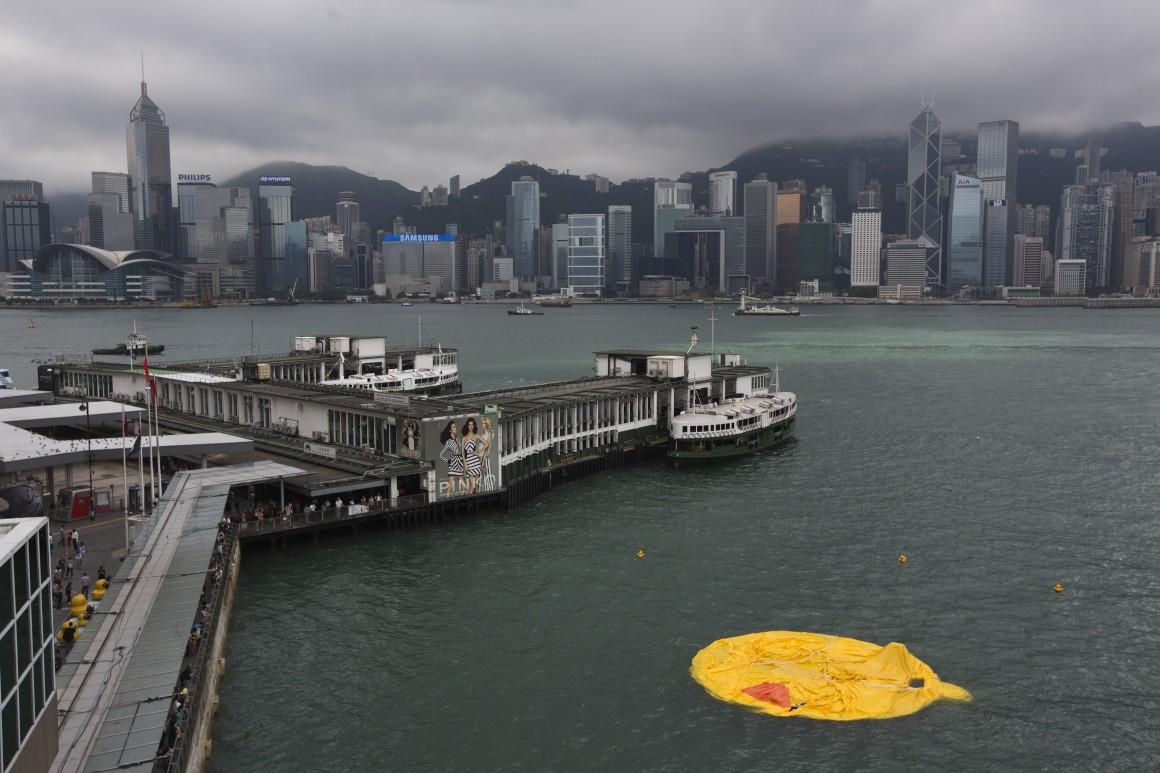 Hong Kong. Problemas técnicos com o pato levaram a que fosse esvaziado, apresentando-se assim