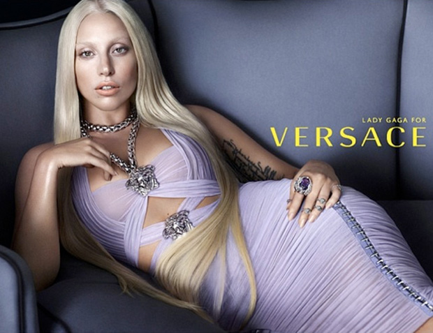 Lady Gaga transforma-se em Donatella para a Versace