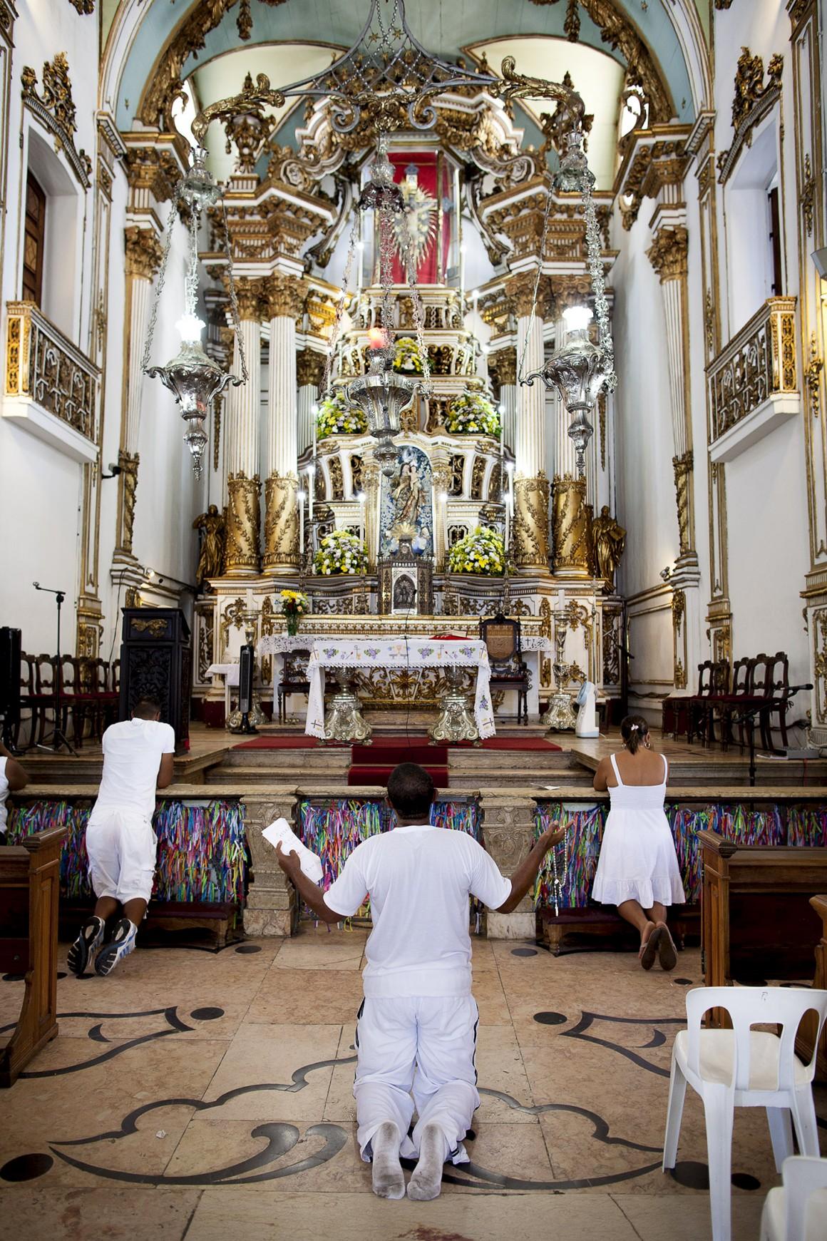 Os devotos na igreja do Bonfim