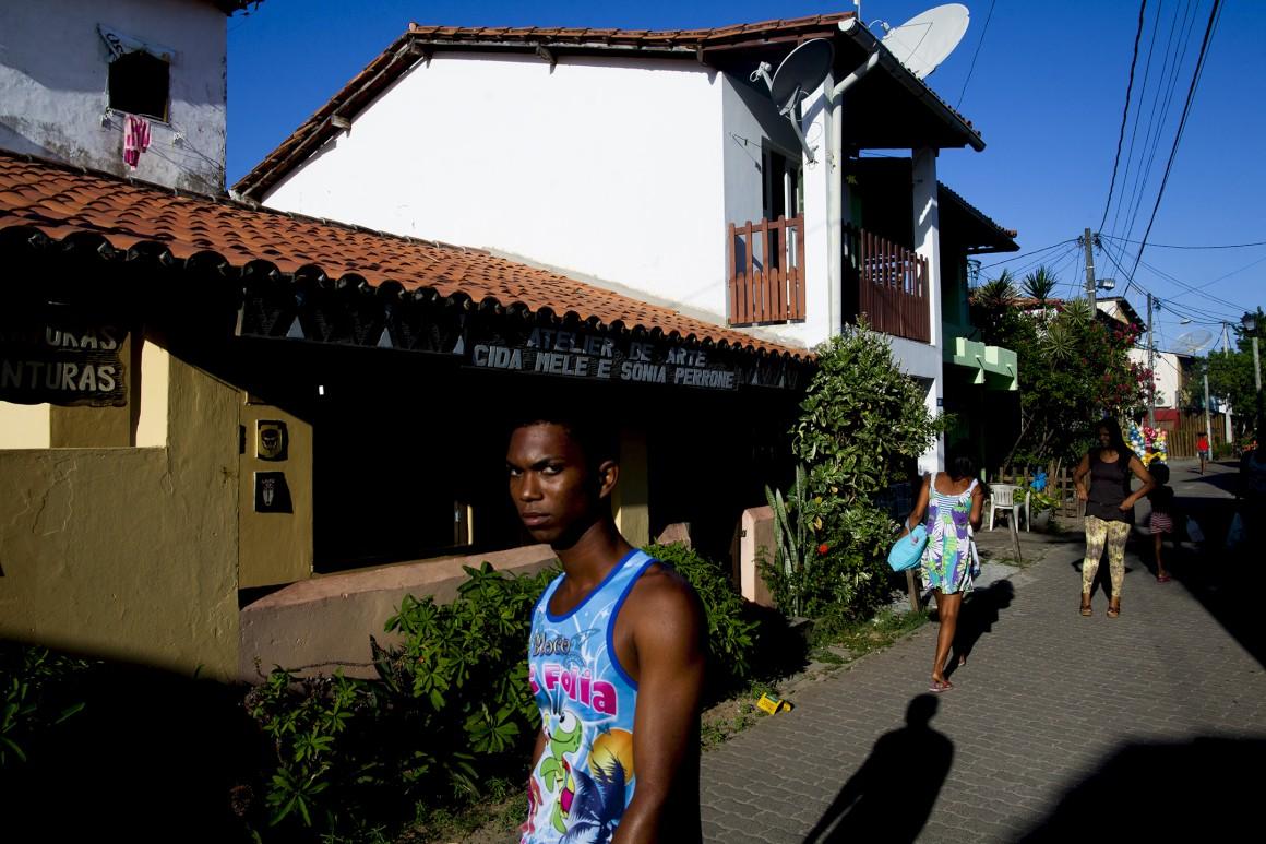 A vila da Praia do Forte está reurbanizada, mas por trás da rua principal, a vida continua como dantes