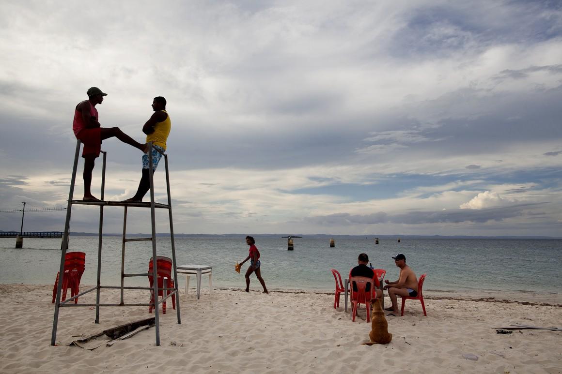 A praia da vila de Itaparica