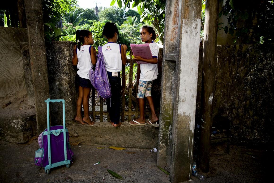 As crianças a caminho de casa no Morro de São Paulo
