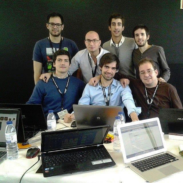 Carlos Carvalho (primeiro sentado à esquerda), Mikhaél Santos (ao centro, em pé, de camisa branca) e restante equipa de desenvolvimento da iTravey